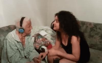Maor zingt jiddische liedjes voor haar 91-jarige oma