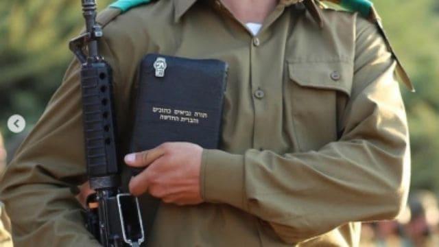 Foto van IDF-soldaat die het Nieuwe Testament vasthoudt, gaat viraal in Israël met beschuldigingen dat missionarissen het leger hebben geïnfiltreerd