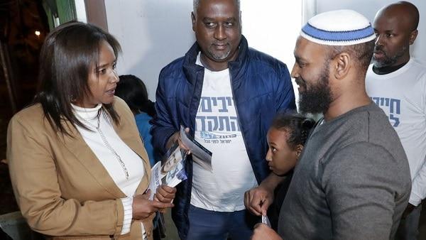 In Ethiopië geboren Aliyah-minister van Israël brengt 500 Falasha Joden naar Israël